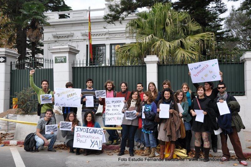 La concentración  convocada sólo unas horas antes congregó a un grupo de residentes en Uruguay frente a la embajada  / Fernando Escalante