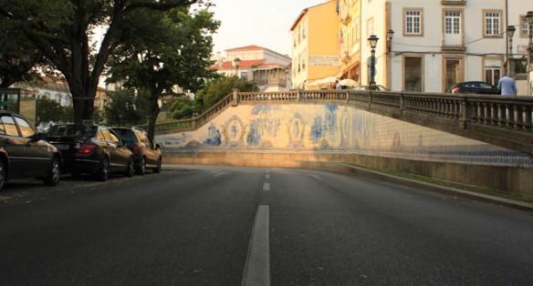 La cerámica cobra un papel protagonista en el urbanismo de Viseu tanto en la calle como en las fachadas que parecen vestir sus muros de gala / Juan Carlos Romero