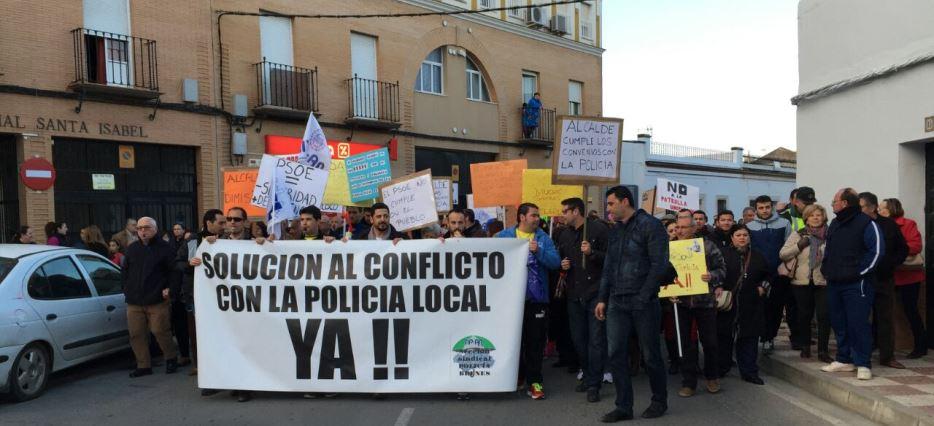 Los agentes contaron con la adhesión de otros policías de la provincia y de familias breneras que han sufrido robos en los últimos meses / Sevilla Actualidad