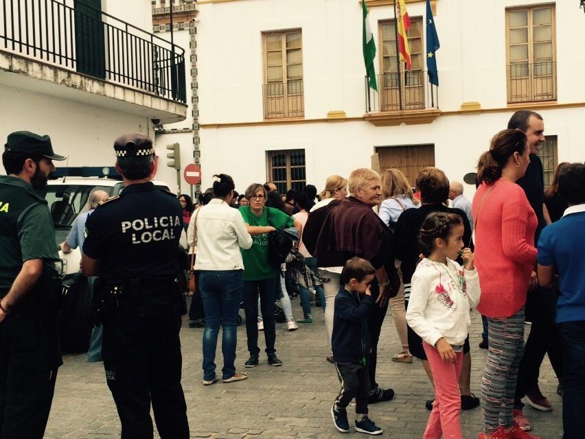 Un grupo de vecinos se concentró a las puertas del Ayuntamiento pidiendo un servicio de agua de calidad / Juan Carlos Romero