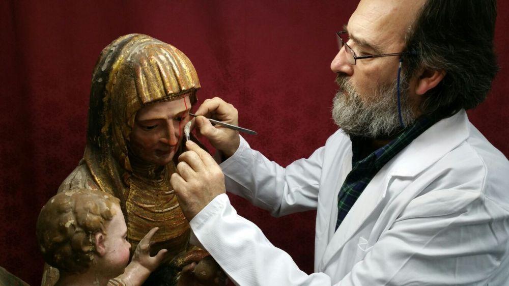 Los restauradores Jorge Anillo y Manuel Mazuecos intervienen esta obra de gran valor de la segunda mitad del siglo XVI / Juan Carlos Romero