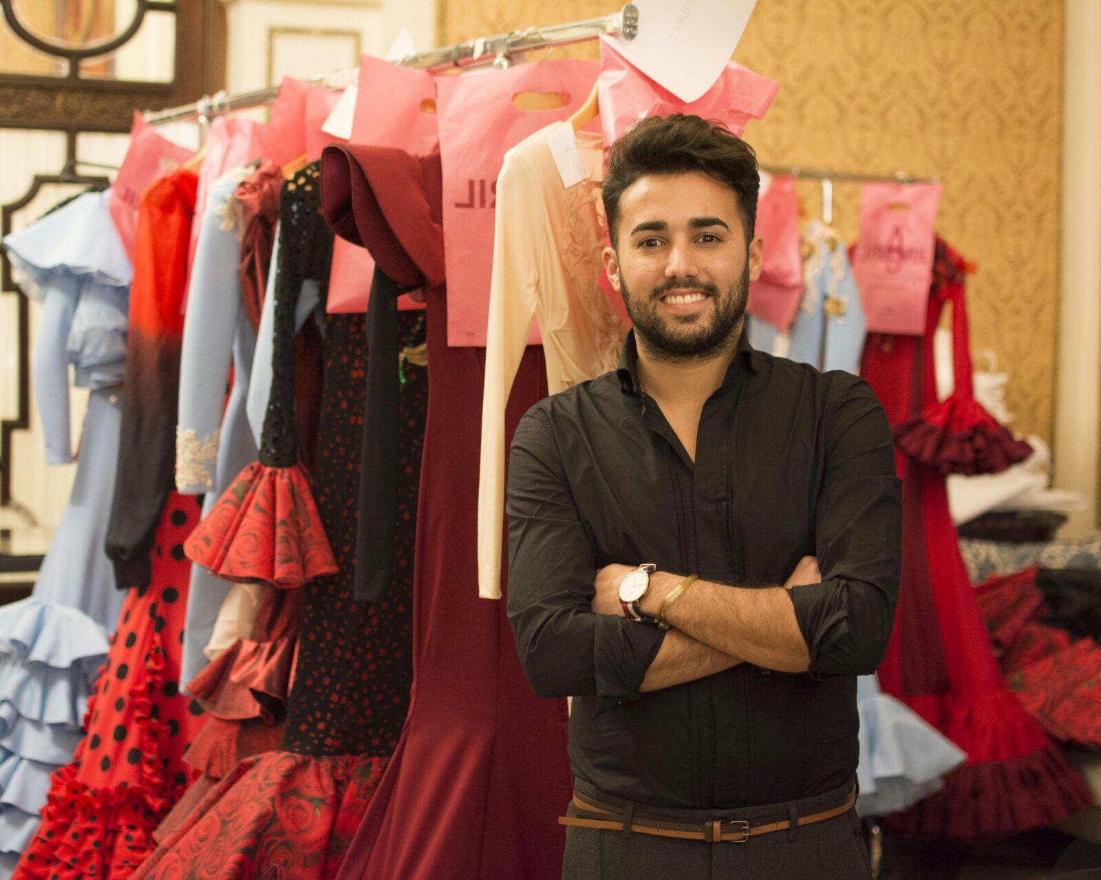 El diseñador sevillano Eloy Enamorado ante los trajes de su última colección de moda flamenca / Aníbal González
